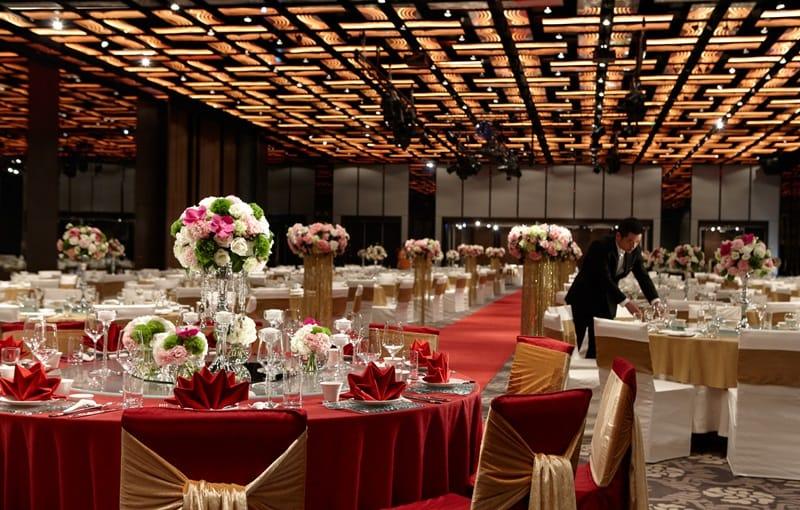 台南晶英酒店擁有挑高六米、全場無樑柱設計,搭配頂級多媒體影音設備與炫麗多彩的如意造型燈,為目前最尊榮氣派的飯店婚宴場地。 – 潮旅Ciao