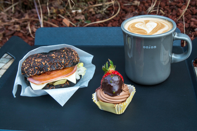 芒草裝飾之工業風的極致,韓國首爾非熱門區域小鎮麵包咖啡店!
