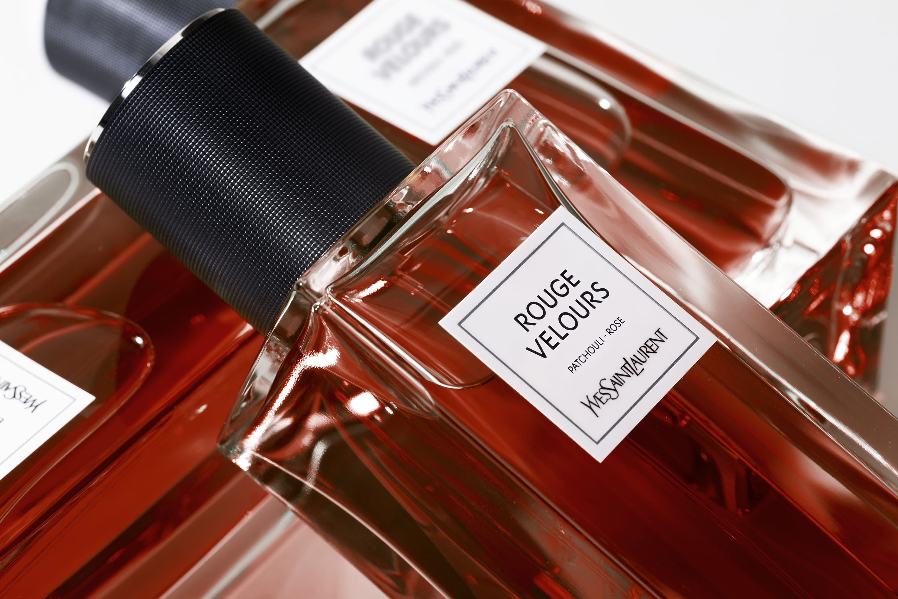 重現YSL先生摯愛的東方調 秋天就擦ROUGE VELOUR絲絨舞衣訂製香水 讓玫瑰&廣藿香炙熱擁抱妳每一天